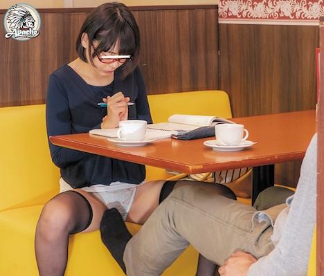ファミレスで長時間勉強しているメガネ女子をテーブル下の電気アンマチカンでイカセつづけろ!! 七海ゆあ