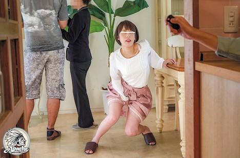 夫婦で高級分譲マンションの内見中に媚薬リモコンバイブを仕込まれたセレブ若妻は夫の横で堪え切れず膝から崩れ落ちるほどの食いしばりイキ!一度帰るも犯されたくて再び戻ってきてしまう。 川菜美鈴