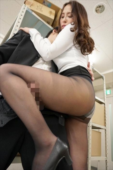 パンストを脱ぎかけた女上司の無防備な後ろ姿に超勃起!ガマンできずにそのまま1発!履かせてもう1発!! 黒宮えいみ
