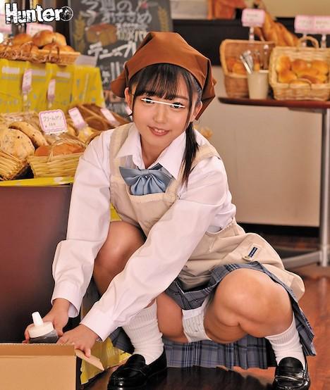 『その無防備パンチラはもしかしてわざと?』ボクが働いているパン屋でバイトしている女子○生は、制服姿のままバイトしていて可愛いさ三割り増し!… 泉りおん