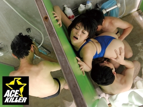 競泳水着インストラクターがチカンされているにも関わらず身体をピクピク痙攣させてマ◎コを掻きむしり出したので… みおり舞
