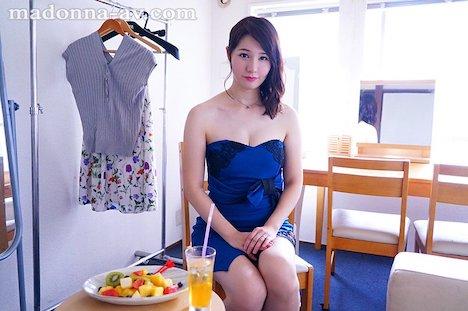 【新作】某有名化粧品メーカーの広告モデル 純白美肌の人妻 美森けい 34歳 AVデビュー!! 2