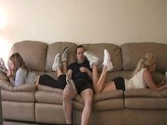 ジムの休憩室で足癖の悪い2人の子の間に座って思わずオナる男