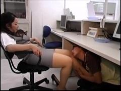 銀行員がキモ男を机の下に入れてディスりながら足臭嗅がせ