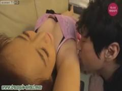 キープくんを呼び寄せ腋舐め奉仕させる韓国美女