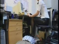 顔を足置き台にしたり人間椅子にしたりパワハラ三昧の女社長