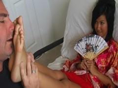 民族衣装を身にまとったアジア美女の足に溺れる白人