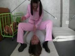 先生相手に顔面騎乗圧迫とビンタを繰り返す狂気のJK