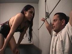 セクシー捜査官による強烈な尋問手法