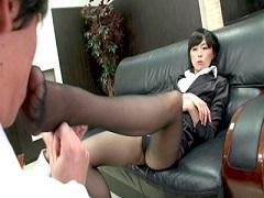 女上司の一日中履き続けた足臭や股間臭を嗅がされ強制クンニさせられる男