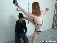 男を練習台に顔面蹴りを繰り返すブロンド美女