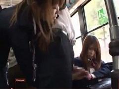 バス内で痴女っている様子を見せつけられるJKの悲劇