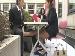 昼休みに同席した男をテーブルの下で足コキするOL