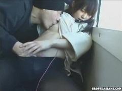 電車で家族と離れて1人で座って寝ていた少女に起こった悲劇