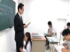 教壇の下でフェラされながら授業する先生