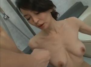 スレンダー熟女の猥褻な肢体は息子の友人のチ●ポと浮気セックスして潤っていた!江口浩美