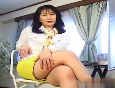 昭和のバブルの時期に遊んでそうな中年熟女がAV男優の巨根に悶絶するアダルトポルノ