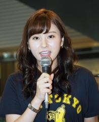 角谷暁子アナ谷間&ブラ紐画像3