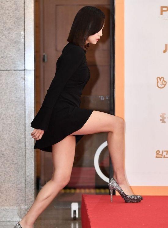 壇上に上がる某POPアイドルの脚に釘付けである 【画像7枚】