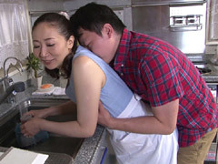 緒方泰子 興奮して五十路母の下半身を濡らす息子の朝勃ち!母と息子のエロ動画