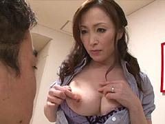 美山蘭子 色気漂う巨乳母が息子に素股で性教育&騎乗位で中出しする母と息子のエロ動画!