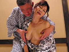 里中亜矢子 高齢夫妻が温泉で濃厚な接吻~巨乳を揺らすSEXで燃え上がり中出し!