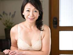 原田ようこ パイパンがイヤらしい五十路おばさんが若い青年と初撮りセックスで中出し!