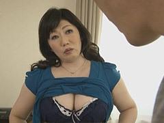船木千恵美 五十路の豊満巨乳母がトイレでオナニー、息子と交わる母と息子のエロ動画!
