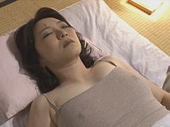 米倉里美 美しい巨乳義母を夜這いする婿!