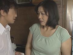 円城ひとみ 巨乳母に卑猥な着衣を纏わせて絡み付く息子!
