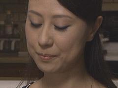 奥村瞳 未亡人で男日照りの嫁の母親にオンナを感じた婿…