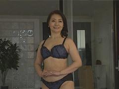 西崎史乃 専業主婦の六十路妻が初撮りでランジェリー姿を披露!