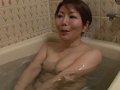 小野さち子 ソファの上で友達のお母さんとセックス三昧!