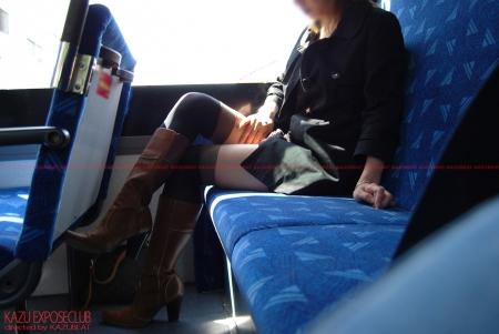 バスに乗って移動中おしゃれなニーハイソックスが魅力的過ぎてすり寄ってスカートのパンティを確認…