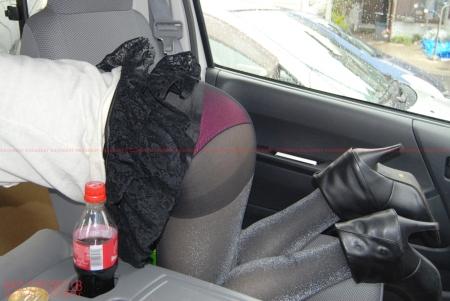 ドライブ途中に車の助手席で寝入ってしまったお嬢さんにエッチな悪戯!パンティずらしてパイパン確認!