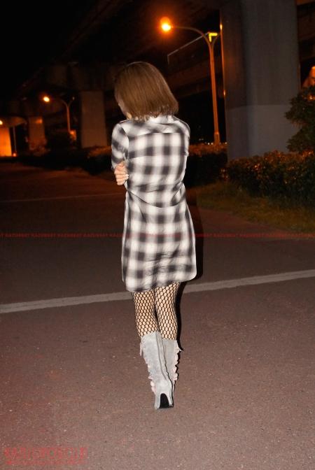 ボディストッキングにシャツワンピースを着て夜の露出散歩で恥じらい大興奮の他人妻!!