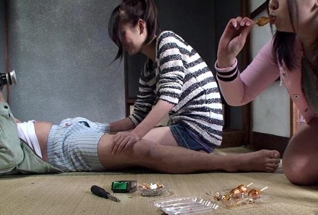 やっぱりヤッてやがった…流出したあの有名大家族のホームビデオに実娘に性欲処理させるダディの姿が…