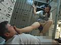銀行カウンターOLの臭そうな足のサムネイル画像1