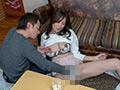 コタツの中で股間を弄られる熟女たちのサムネイル画像5