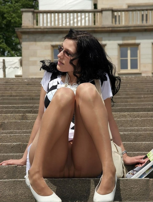 upskirt-wearing no underwear_image3