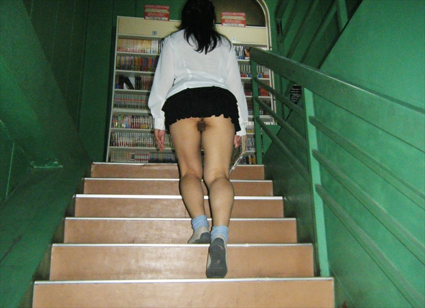 upskirt-wearing no underwear_image14