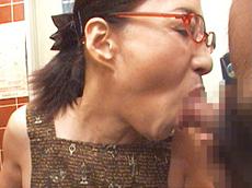 【無修正】極太チ●コ2本に生唾を飲む五十路痴女 安藤千代子