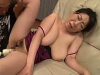 熟女ストレート:島津かおる 四十路の巨乳熟女が電マでアナルを刺激されて悶え狂う!