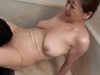 動画検索 インモラル:だらしないボディの五十路ババアが風呂場で乱れ狂う熟女動画