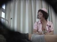 本日の人妻熟女動画:【素人】こんなのバレたらクビよ!熟女ナースにお願いして・・・♪