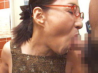 熟れすぎてごめん:【無修正】極太チ●コ2本に生唾を飲む五十路痴女