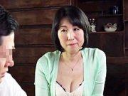 ダイスキ!人妻熟女動画 : 父親が寝てる隣の布団で五十路母を夜這いし寝取るマザコン息子 大森涼子