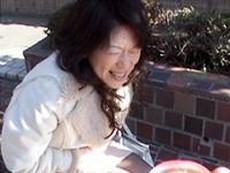 人妻・熟女の食べ頃:【動画】 熟女と遠隔ローターで野外デート!それ以上は歩けなくなる~