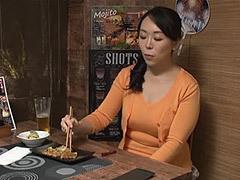 熟女ストレート : 居酒屋一人飲みしている綺麗な素人奥様(47歳)を遥かに年下の男がナンパ!