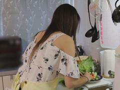 今日のエロ力 : 【無】【個人撮影】人の奥さん愛奴3号 料理を作る姿に興奮したから裸にエプロンにして!!